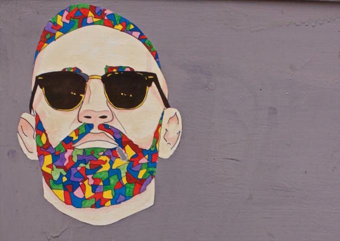 Man med färgglatt skägg